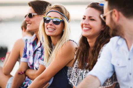 Gruppe junger glücklicher Freunde, die Spaßzeit haben