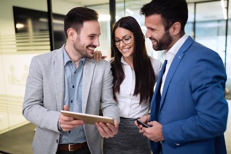 Imagen de empresarios con tableta digital en la oficina