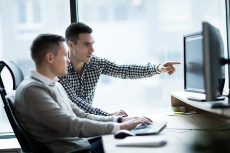 Imagen de gente de negocios trabajando juntos en la oficina