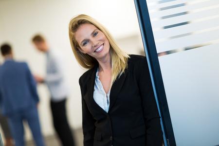 Portrait d'une belle femme d'affaires réussie au bureau Banque d'images