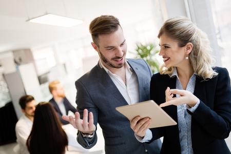 Mensen uit het bedrijfsleven werken samen aan een project en brainstormen op kantoor