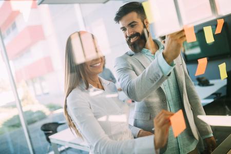 Bedrijfsmensen die strategie in bureau samen plannen