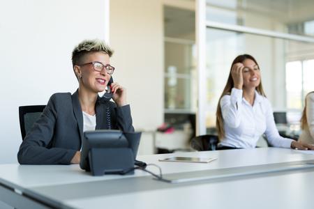 Porträt der Geschäftsfrau, die am Computer im Büro arbeitet