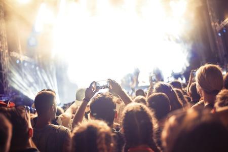 Porträt der glücklichen Menge, die am Musikfestival genießt