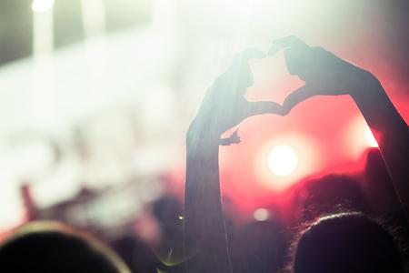 Picture of dancing crowd at music festival 版權商用圖片 - 122744519
