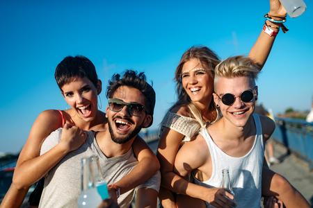 Grupo de jóvenes amigos que se divierten juntos