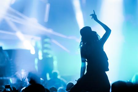 Foto van dansende menigte op muziekfestival