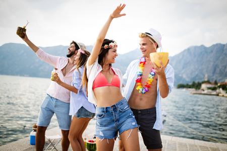 Groep vrienden die plezier hebben op zomerfeest en cocktail drinken drinking