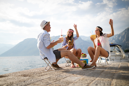 Gruppe von Freunden, die Sommerferien genießen. Sommer, Ferien, Urlaub und Glückskonzept