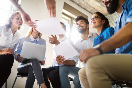 비즈니스, 기술 및 사람 개념 - 사무실에서 일하는 창의적인 팀 또는 디자이너