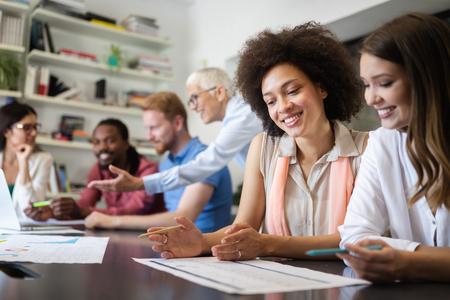 Gruppe erfolgreicher Geschäftsleute bei der Arbeit im Büro
