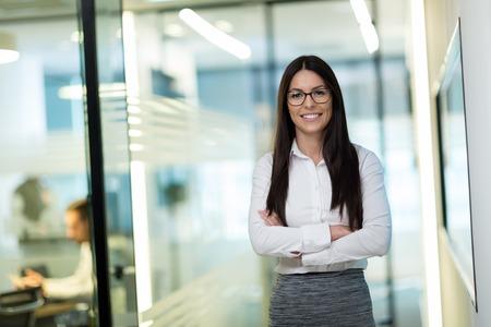 Portrait de femme d'affaires belle réussie au bureau Banque d'images