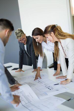 Equipo de arquitectos trabajando en planos de construcción. Foto de archivo