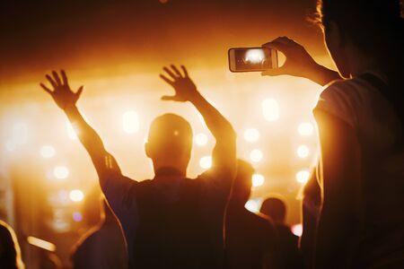 Imagen de gente de fiesta en el festival de música