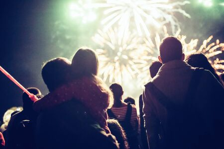 Multitud viendo fuegos artificiales