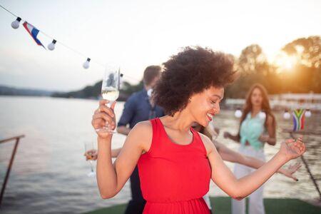 Gruppe glücklicher Menschen oder Freunde, die Spaß auf der Party haben Standard-Bild