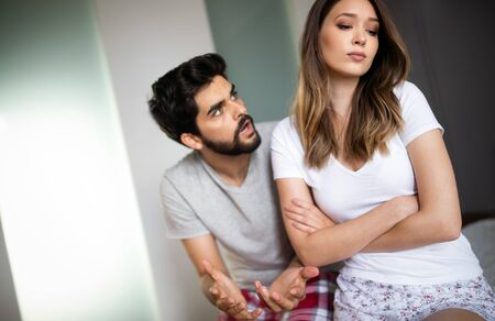 Paar mit Streit und Problemen im Bett Standard-Bild