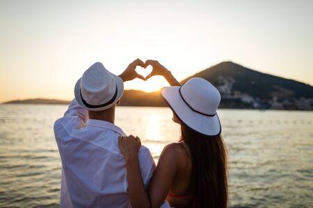 Heureux couple amoureux marchant sur la plage en vacances de lune de miel