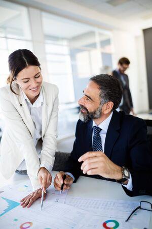 Team leader di successo e imprenditore che conduce riunioni aziendali informali in-house