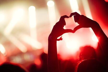 Picture of dancing crowd at music festival 版權商用圖片 - 126745554