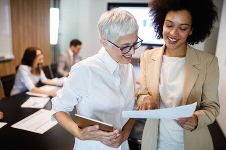 Gens d'affaires créatifs travaillant sur un projet d'entreprise