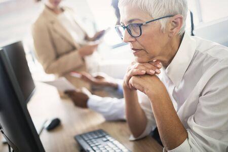 Ładna starsza kobieta biznesu, odnosząca sukcesy pewność siebie w budowaniu finansów