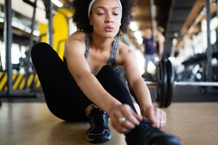 Happy fit african american fitness woman in gym club Stockfoto