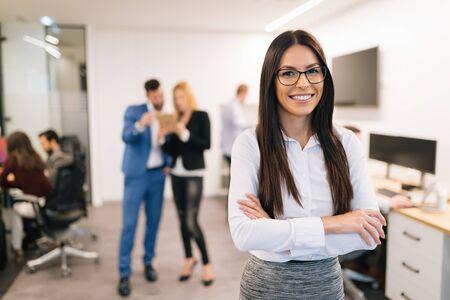 Portrait de femme d'affaires belle réussie au bureau