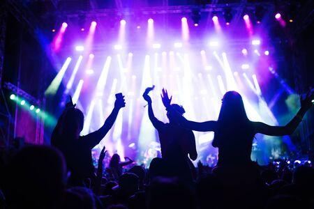 Portret szczęśliwego tłumu cieszącego się na festiwalu muzycznym