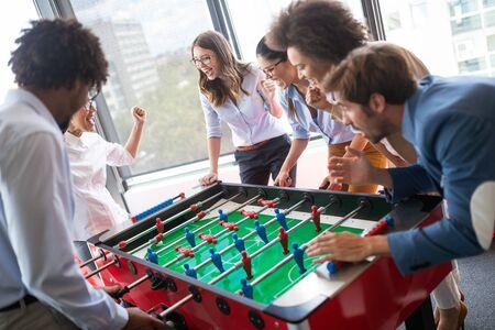 Collègues jouant au baby-foot pendant la pause.