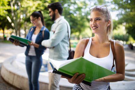 Gelukkige groep vrienden die samen studeren en praten aan de universiteit Stockfoto