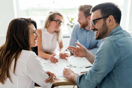 Gruppe von Architekten und Geschäftsleuten, die zusammenarbeiten und Brainstorming betreiben