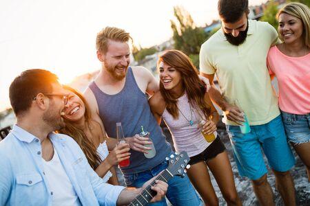 Pasar un buen rato con amigos, divertirse en la fiesta en la azotea Foto de archivo