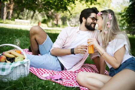 Beautiful young couple enjoying in a good mood and picnic day Фото со стока - 129828368