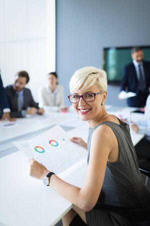 Geschäftsmann Konferenz und Treffen in modernen Büro Standard-Bild