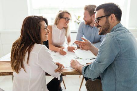 Startup diversiteit teamwork leuk brainstormen vergadering bedrijfsconcept