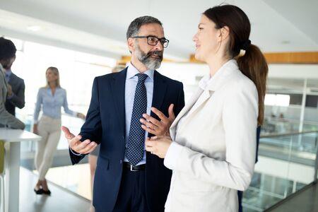 Mensen uit het bedrijfsleven met plezier en chatten op werkplek kantoor Stockfoto