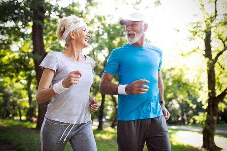 Szczęśliwa para dojrzałych ludzi ćwiczących dla zdrowego życia