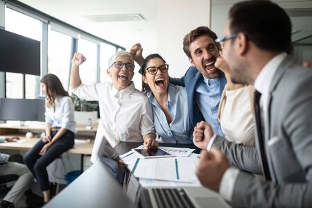 Gens d'affaires heureux célébrant le succès dans l'entreprise