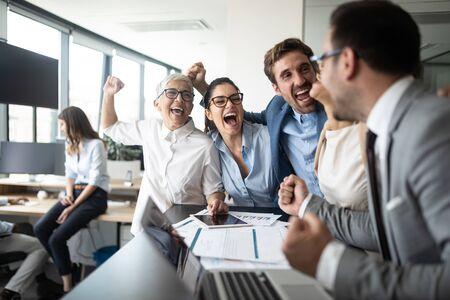 Gente de negocios feliz celebrando el éxito en la empresa