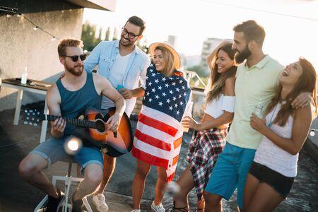 Gruppe unbeschwerter Freunde, die tanzen, haben Spaß im Sommer Standard-Bild