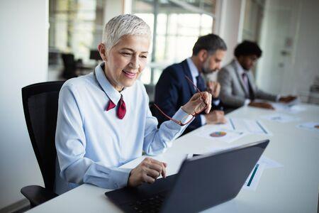 Colleghi aziendali che discutono di nuove idee e fanno brainstorming in un ufficio moderno