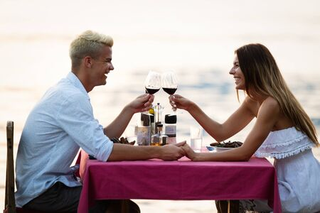 Couple sharing romantic sunset dinner on tropical resort Imagens