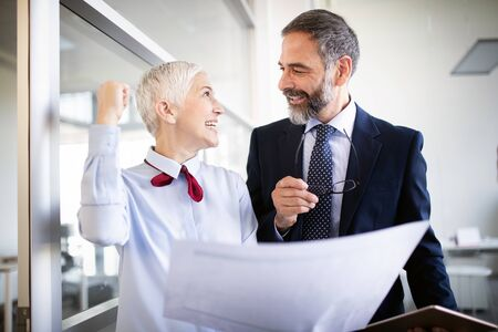 Gente de negocios trabajando discutiendo como un equipo en la oficina