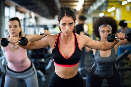 Colocar mujeres deportivas haciendo ejercicio y entrenando en el gimnasio