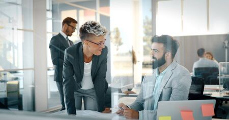 Geschäftsleute arbeiten tag im geschäftsbüro Standard-Bild