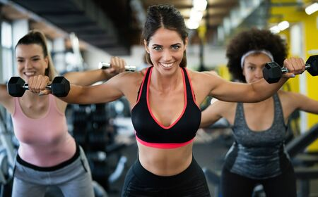 Grupo de deportistas en un gimnasio. Conceptos sobre estilo de vida y deporte en un gimnasio Foto de archivo