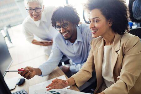 Reunión de negocios y trabajo en equipo por parte de empresarios.