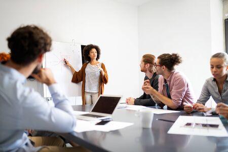 Gente de negocios buen trabajo en equipo en la oficina. Concepto de lugar de trabajo de reunión exitosa de trabajo en equipo. Foto de archivo