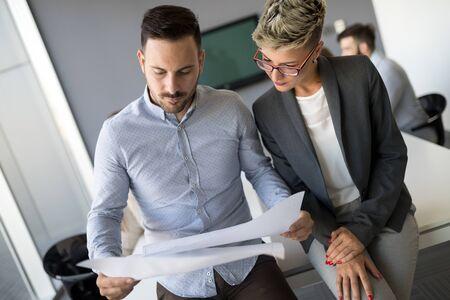 Uomo d'affari che propone i suoi suggerimenti ai colleghi. Startup business team sulla riunione Archivio Fotografico